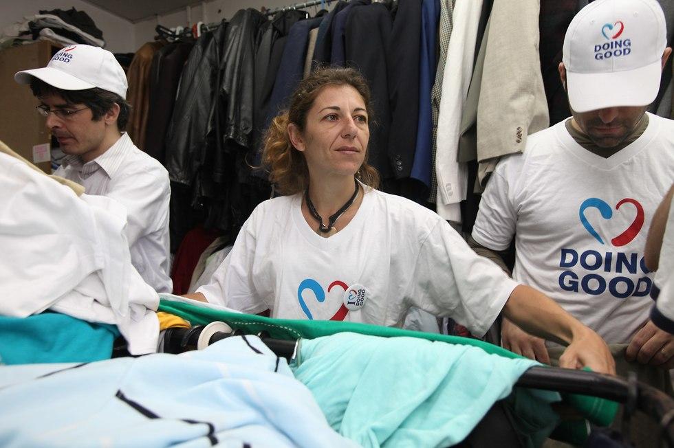 מתנדבים מסדרים בגדים  (  )