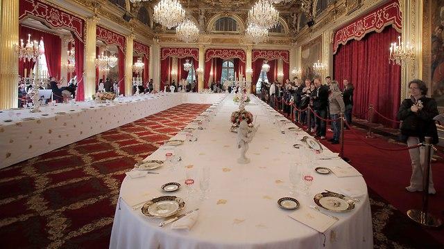 שוחן אוכל בארמון האליזה (צילום: AP)