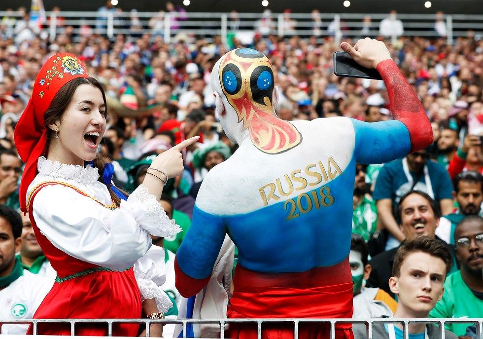 אוהדי נבחרת רוסיה במשחק הפתיחה של המונדיאל (צילום: EPA)