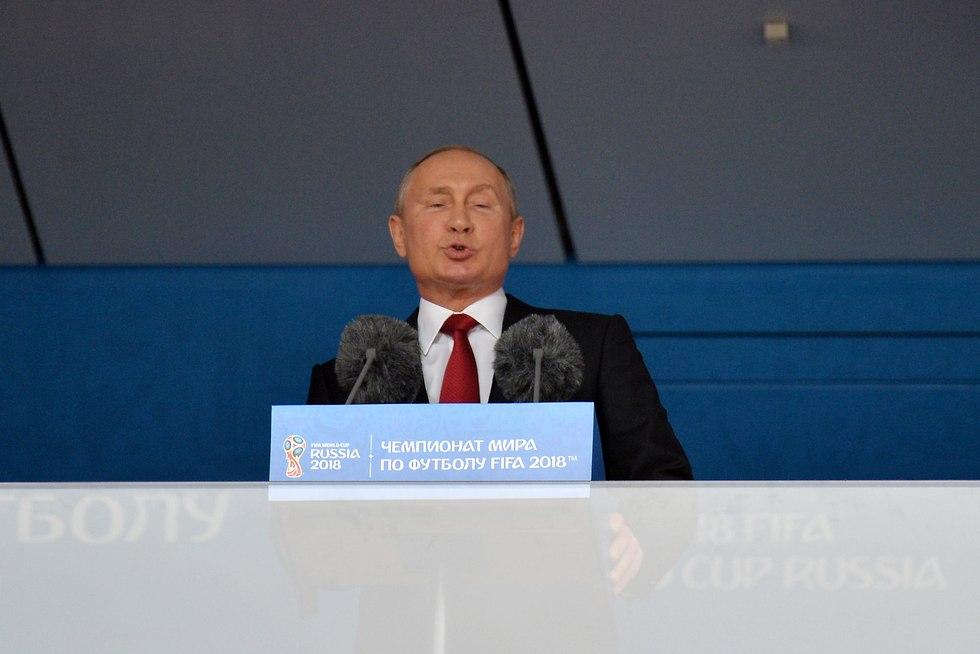 פוטין נואם בסיום טקס הפתיחה של המונדיאל במוסקבה (צילום: EPA)