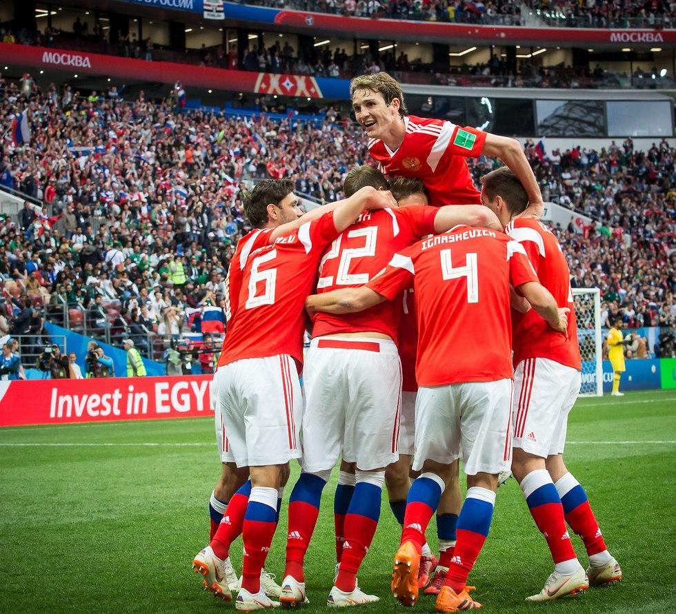 נבחרת רוסיה חוגגת (צילום: עוז מועלם)