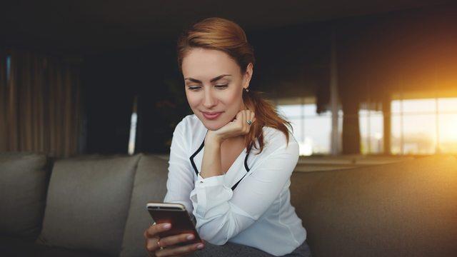 אישה מסתכלת בטלפון (צילום: shutterstock)