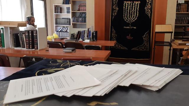 פרוטוקל  מדיוני משפט דומא הופצו הבוקר בבתי הכנסת ברחבי יהודה ושומרון וירושלים (צילום: יהודי לא מענה יהודי)