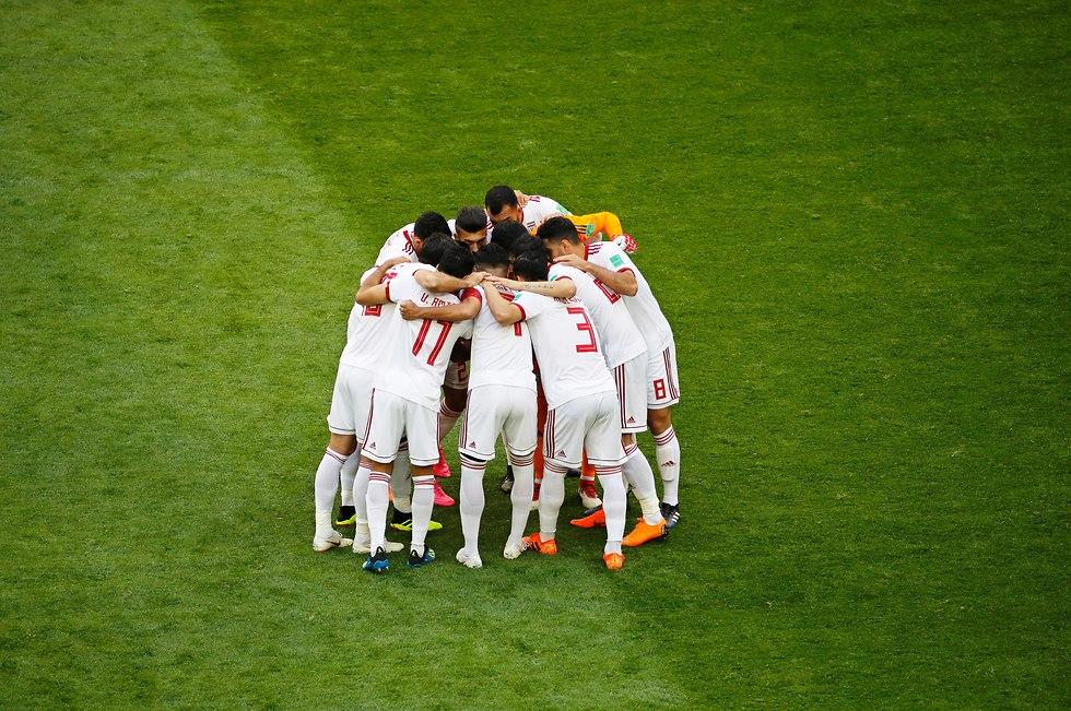 נבחרת איראן בכינוס לפני המשחק (צילום: EPA)