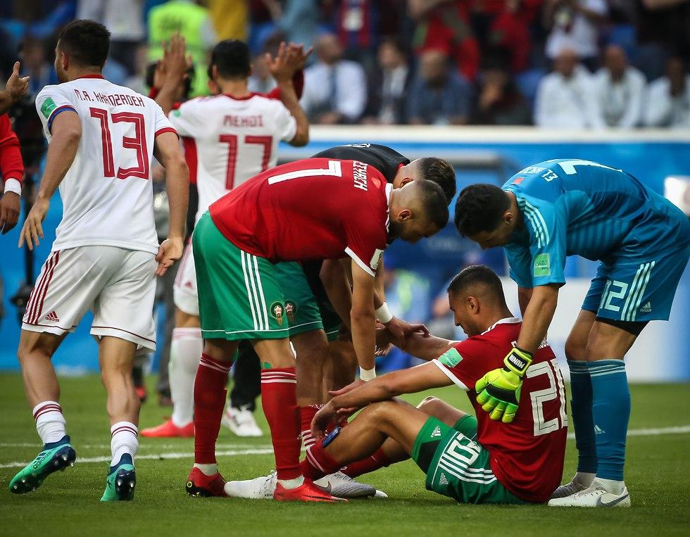 שחקני מרוקו מנסים לנחם את כובש השער העצמי בוהדוז (צילום: עוז מועלם)