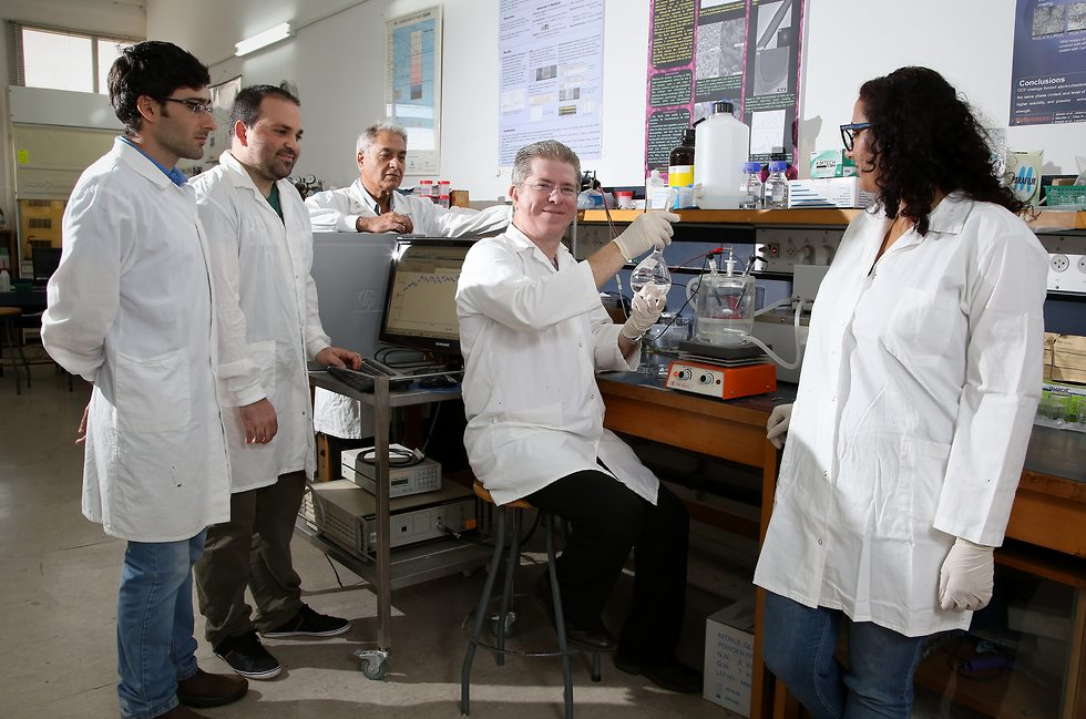 פרופ' אליעז עם חברים לקבוצת המחקר שלו במעבדה לביו-חומרים וקורוזיה. באדיבות גרג סולומון, תערוכת Beautiful Knowledge, קרן חינוך ארה
