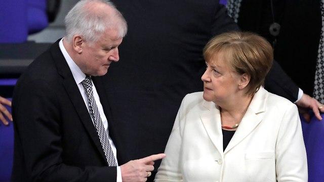 הורסט זיהופר שר הפנים גרמניה מאיים על ממשלת אנגלה מרקל (צילום: AP)