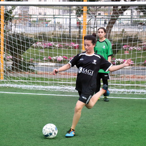 """קפטנית הקבוצה, אוראל סויסה. """"היום אני יכולה לעמוד מול הבנים ולהגיד שאני משחקת כדורגל וטוב לי. לא מעניין אותי מה   אומרים עליי"""" (צילום: אביב הברון)"""