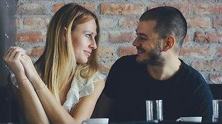 גבר ואישה יושבים קרוב בבית קפה (צילום: Shutterstock)