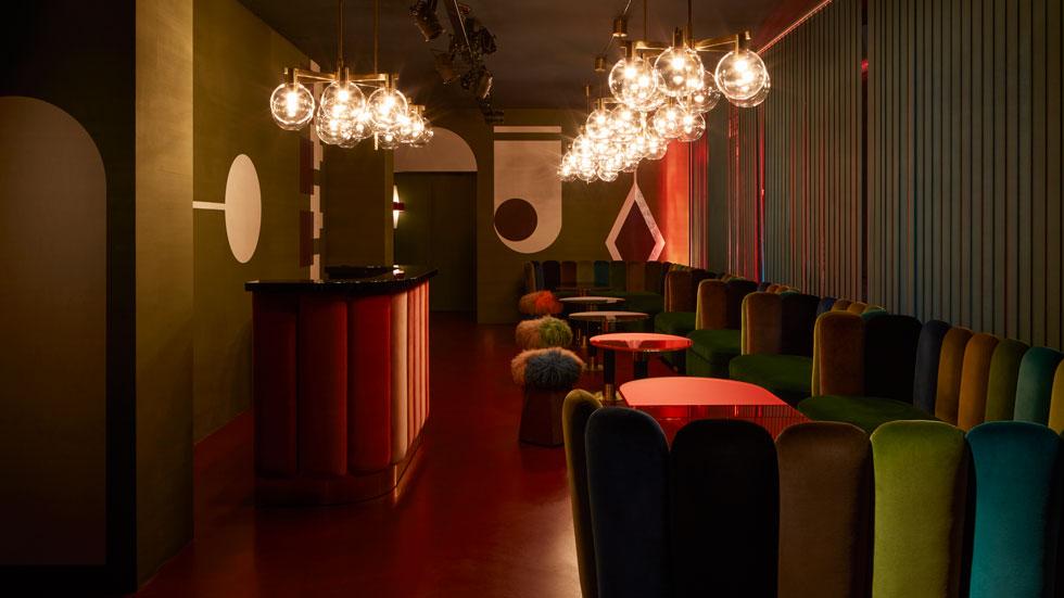 גלריה ''נילופר'' המילאנזית היוקרתית הפקידה בידיה את עיצוב המועדון האינטימי שפתחה, chez nina. כמו ברבים מהפרויקטים שלה, את הרהיטים עיצבה בעצמה (צילום: courtesy of India Mahdavi Studio ©)