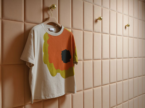 הגוון המדויק בחנות ''רד ולנטינו'', עם חולצה שעיצבה מהדבי למותג האופנה, חלק מקולקציית קפסולה (צילום: RedValentino London ©)