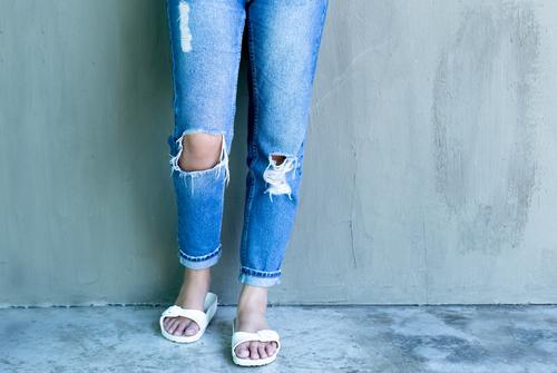 Некоторые учительницы ходят в школу в рваных джинсах и шлепанцах. Фото: shutterstock