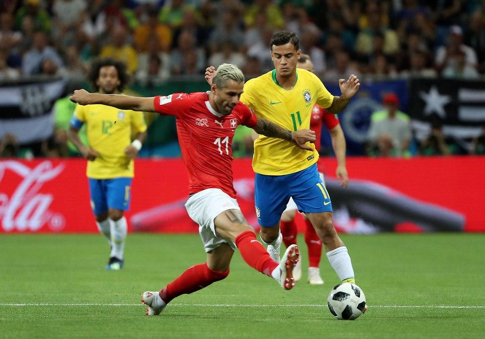 קוטיניו נאבק על כדור (צילום: רויטרס)