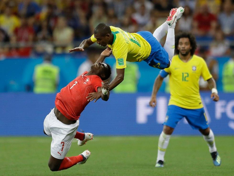 פרננדיניו ובריל אמבולו בשחקים (צילום: AP)