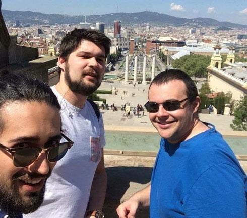 """גאסשה (במרכז) עם חברים בברצלונה. """"מעריך את צרפת יותר"""" (צילום: באדיבות התוכנית הבינלאומית האגודה להתנדבות)"""