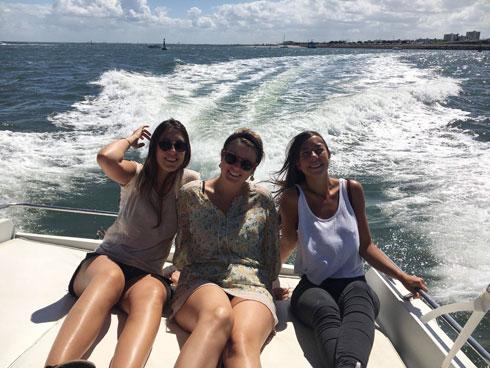 """בורדייה (מימין) עם חברות במפרץ ארקשון, צרפת. """"לצבור חוויות, לטייל"""" (צילום: באדיבות התוכנית הבינלאומית האגודה להתנדבות)"""