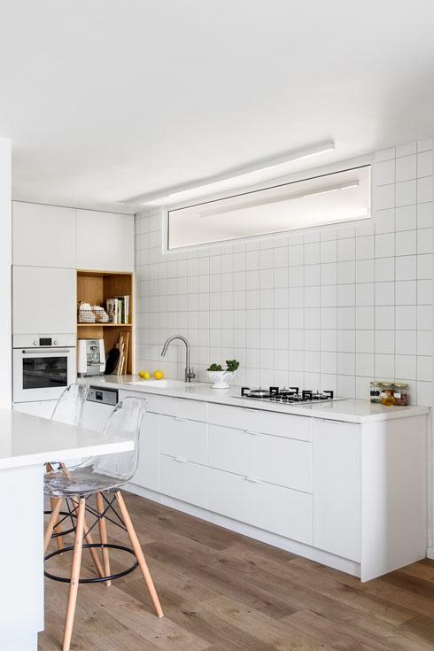 פסים של תאורת לד במטבח ובחדר הרחצה המקביל (צילום: איתי בנית)