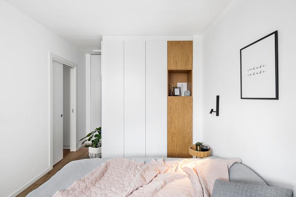 חדר ההורים מרווח יחסית, וכולל חדר ארונות צמוד. דלתות הזזה שומרות על פתח החדר נקי, ומנורות הקריאה עוצבו במיוחד לדירה (צילום: איתי בנית)