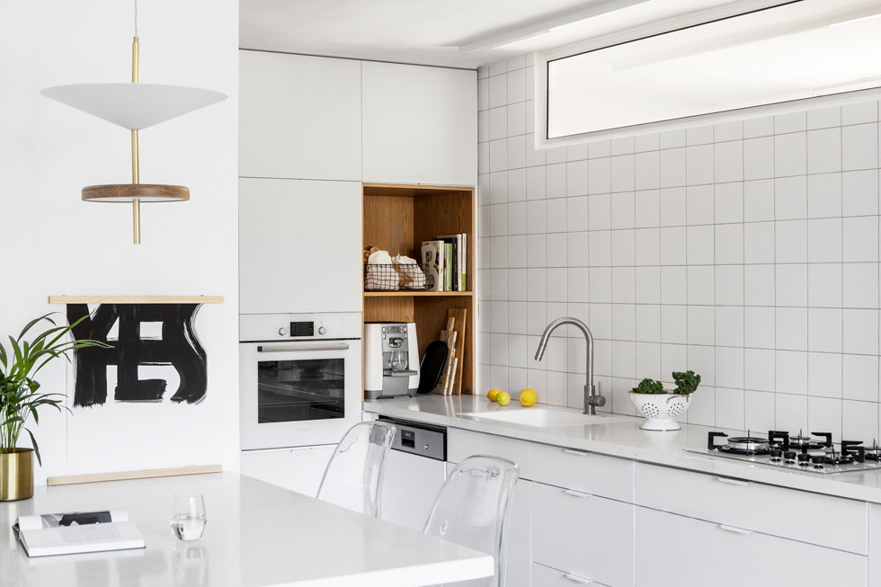 במעלה קיר המטבח, המשותף עם חדר הרחצה, הותקן חלון קבוע, המכניס עוד אור טבעי  (צילום: איתי בנית)