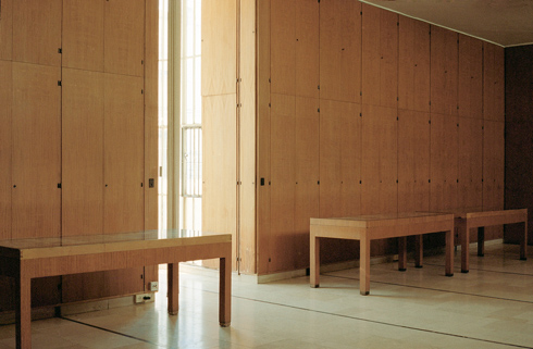 האולם. צניעות ואדריכלות טובה אינן עומדות בסתירה (צילום: מעיין אליקים)