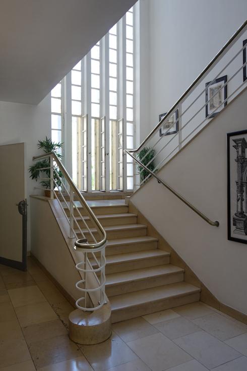 גרם המדרגות והחלון הגדול שמאיר את החלל בספרייה (צילום: מיכאל יעקובסון)