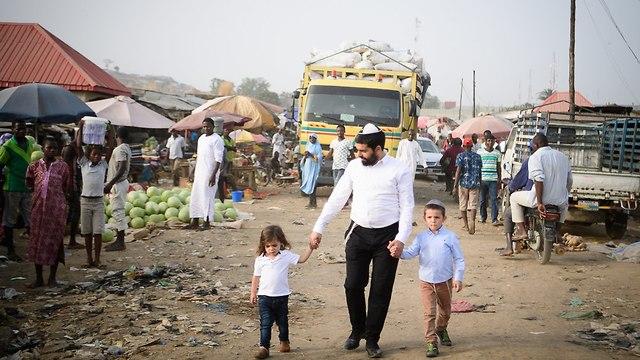 הרב אוזן שליח חבד בניגריה עם ילדיו  (צילום: ישראל ברדוגו)