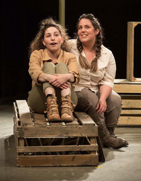 """לוי (מימין) בהצגה """"שמוליק של זוהרה"""". """"חייבת להיות הכי טובה"""" (צילום: מעין קאופמן)"""