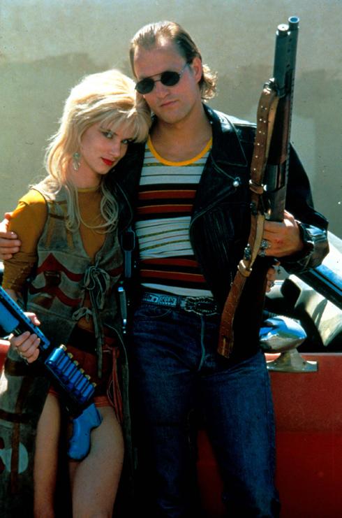"""מסע הרצח ברחבי ארצות הברית של מיקי קנוקס (וודי הארלסון) ומלורי ווילסון (ג'ולייט לואיס) בסרט """"רוצחים מלידה"""" מ-1994, הציג תיעוד מרהיב של אופנת שנות ה-90 בשילוב אלמנטים פסיכדליים משנות ה-70. מלורי השברירית-אכזרית מככבת לאורך הסרט בגופיות בטן שחשפו קעקועים ושמלות קומבינזון רכות, להן הותאמו נעלי צבא ועדשות משקפיים צבעוניות, שהיו פופולאריות אותן שנים  (צילום: rex/asap creative)"""
