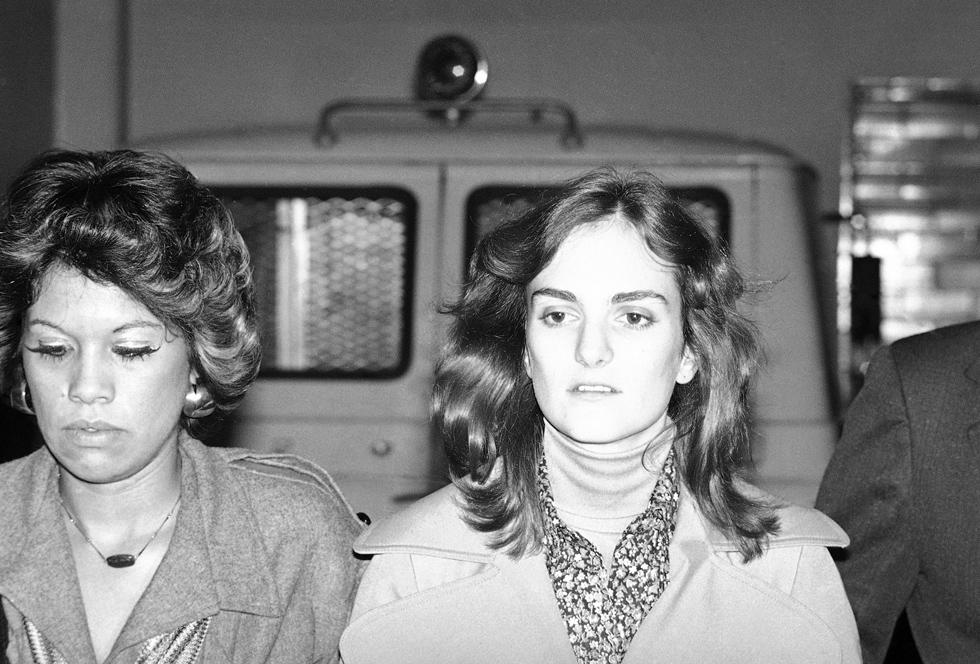 סגנונה האופנתי של פטי הרסט לא נעצר במצלמות האבטחה, ובלט גם לאורך המשפט, עם חליפות מכנסיים מחויטות שנראו כאילו נשלפו מהקולקציה של ג'ורג'יו ארמאני, אליהם חיברה חולצות עם צווארונים רחבים או עניבות פרפר ממשי שנקשרו סביב צווארה ברישול  (צילום: AP)