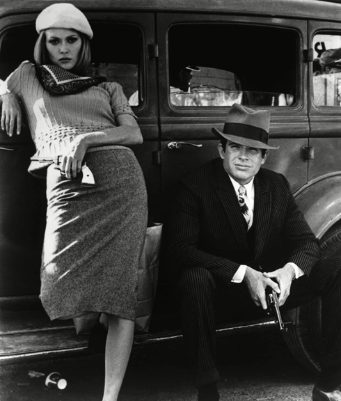 """דמותה של בוני פרקר בסרט """"בוני וקלייד"""" מ-1967, בכיכובם של וורן בייטי ופיי דאנוויי, נחשבת עד היום לאחת האופנתיות שכיכבו על מסך הבד, בזכות חליפות אלגנטיות וצעיפי משי צבעוניים  (צילום: rex/asap creative)"""