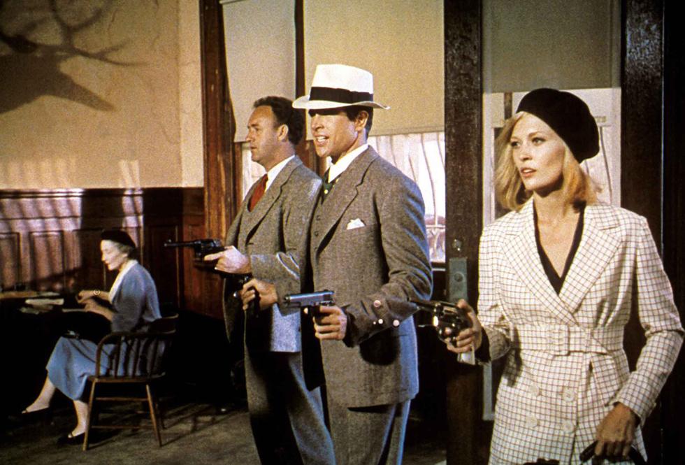 """כובעי הבארט של בוני פרקר מצמד הפושעים הנודע """"בוני וקלייד"""" הפכו לאביזר המזוהה ביותר איתה, והסגנון המלוטש שלה זכה לאורך השנים לשלל ציטוטים בקולנוע, במוזיקה ובהפקות אופנה (צילום: rex/asap creative)"""