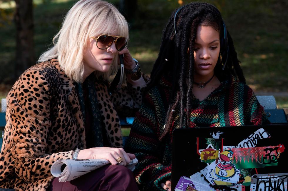 בולטות לטובה: ריהאנה כהאקרית עם ראסטות ובגדי אופנת רחוב מגניבה, וקייט בלאנשט, שלא מפסיקה להחליף אאוטפיטים מרהיבים לאורך הסרט (צילום: באדיבות Tulip Entertainment)