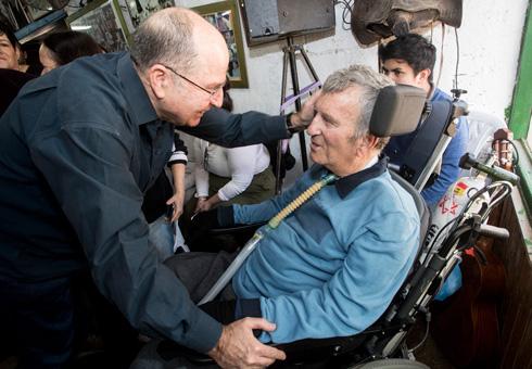 """צביקה לוי ביום הולדתו ה-70 עם שר הביטחון לשעבר, בוגי יעלון. """"כולם הכירו אותו"""" (צילום: גיל נחושתן)"""