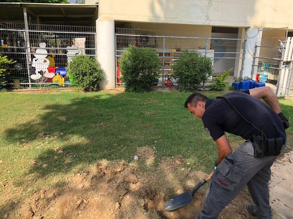 Police sapper handling a mortar shell near a nursery in the Eshkol Regional Council (Photo: Eshkol Security)