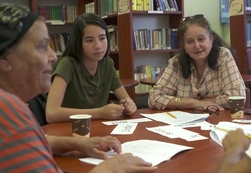 קשישה ותלמידים יחד בכיתה בבית ספר בירוחם (צילום: תומריקו)