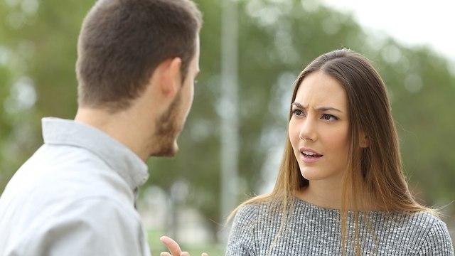 זוג רב והאישה כועסת על הגבר (צילום: Shutterstock)