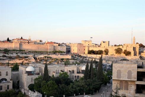 כפר דוד, הפרויקט שתכנן האדריכל משה ספדיה מול חומות העיר העתיקה בירושלים, עומד שומם רוב השנה. לפחות שהגינה תתמלא באנשים (צילום: עמית שאבי)