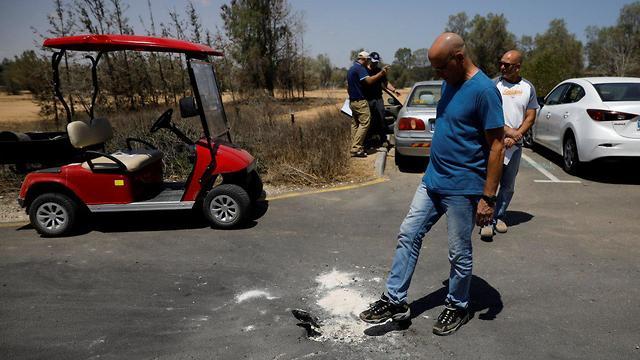 נזק לכביש בעוטף עזה (צילום: רויטרס)