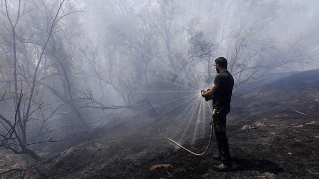 שריפה ליד קיבוץ בארי (צילום: EPA)