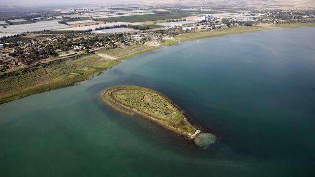 Recently exposed island in Kinneret (Photo: EPA)