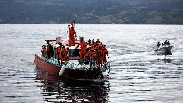 אסון אינדונזיה אגם וולקני מעבורת הר געש 192 נעדרים (צילום: EPA)
