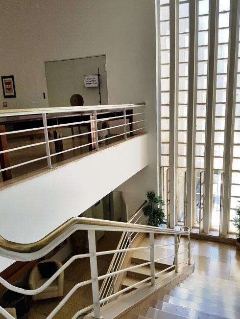 המעקה המסוגנן על רקע החלון האנכי (צילום: באדיבות מכון שוקן למחקר היהדות)