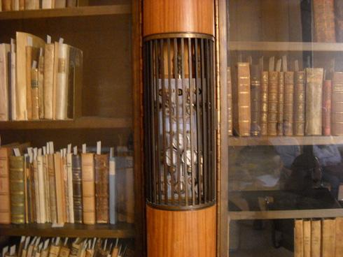פתחי המיזוג באותה צורניות של המרפסת (צילום: Isaac shweky, cc)