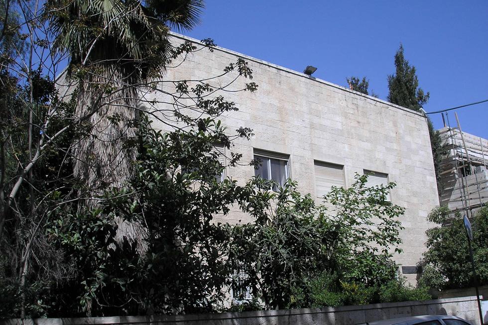 מוסתר מאחורי עצים וקשה להשגה, גם בגלל האבטחה סביב בית ראש הממשלה וגם משום שבדרך כלל המבנה סגור לציבור הרחב. ספריית שוקן של אריך מנדלסון (צילום: Deror avi, cc)