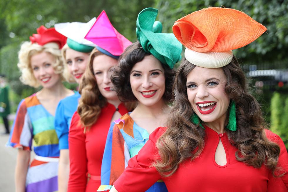 חברות להקת טוטסי רולרס בבגדים צבעוניים וכובעי קש בצורות גיאומטריות  (צילום: Chris Jackson/GettyimagesIL)