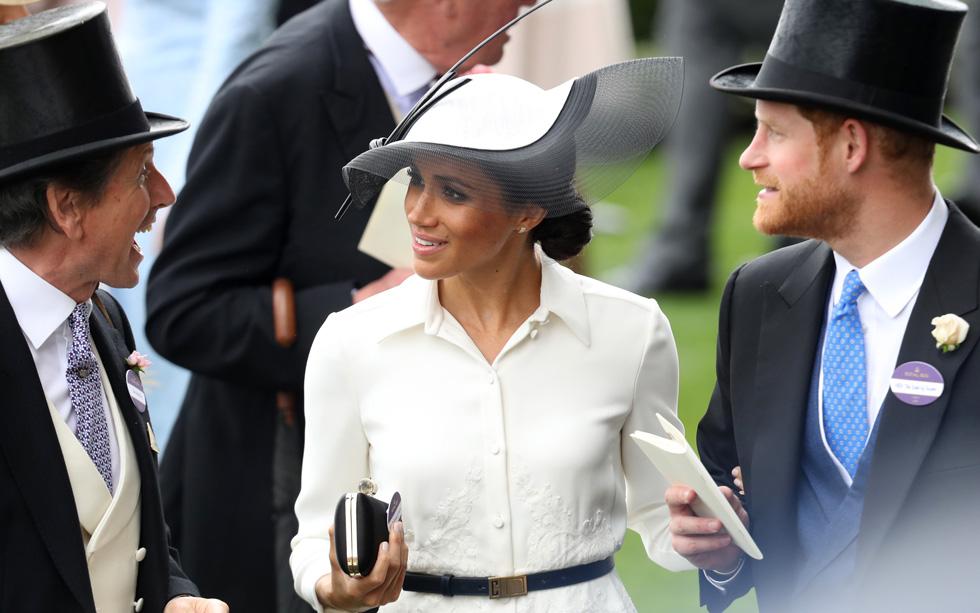 למי משנה הכובע, כשיש תואר? עיני כולם היו נשואות השנה אל הדוכסית מייגן מרקל, שהגיעה לראשונה לתחרות כבת מלוכה, יחד עם הנסיך הארי (צילום: Chris Jackson/GettyimagesIL)