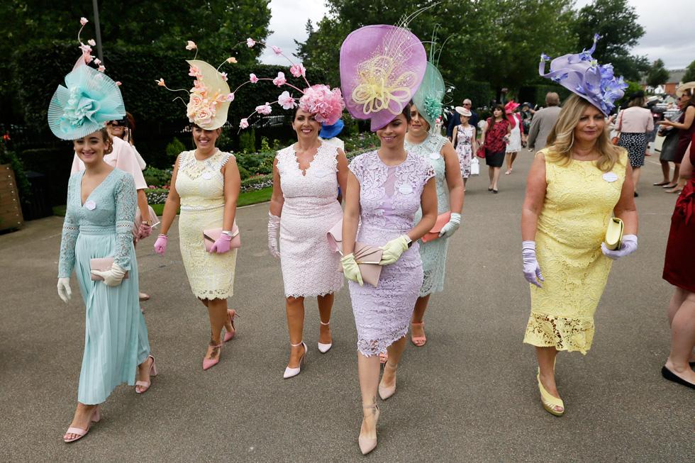 קוד הלבוש: שמלות תחרה פסטליות עם כובעים שנראו כסידורי פרחים מרהיבים  (צילום: AP)