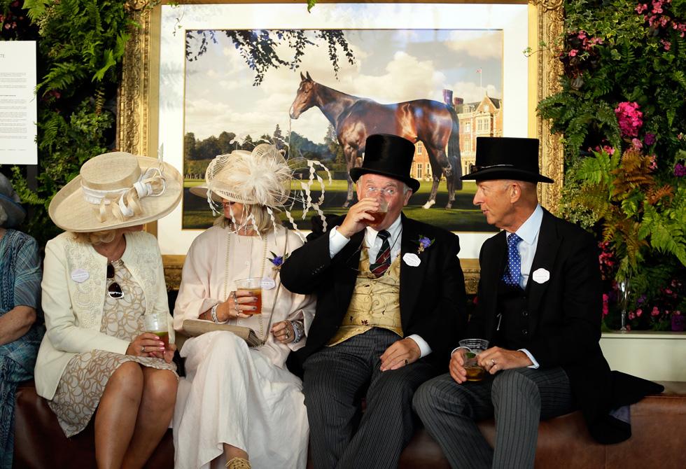 להבא, רשמנו לעצמנו לשתות את התה של אחר הצהריים עם כובעי קש שמסתירים חצי פנים (צילום: AP)