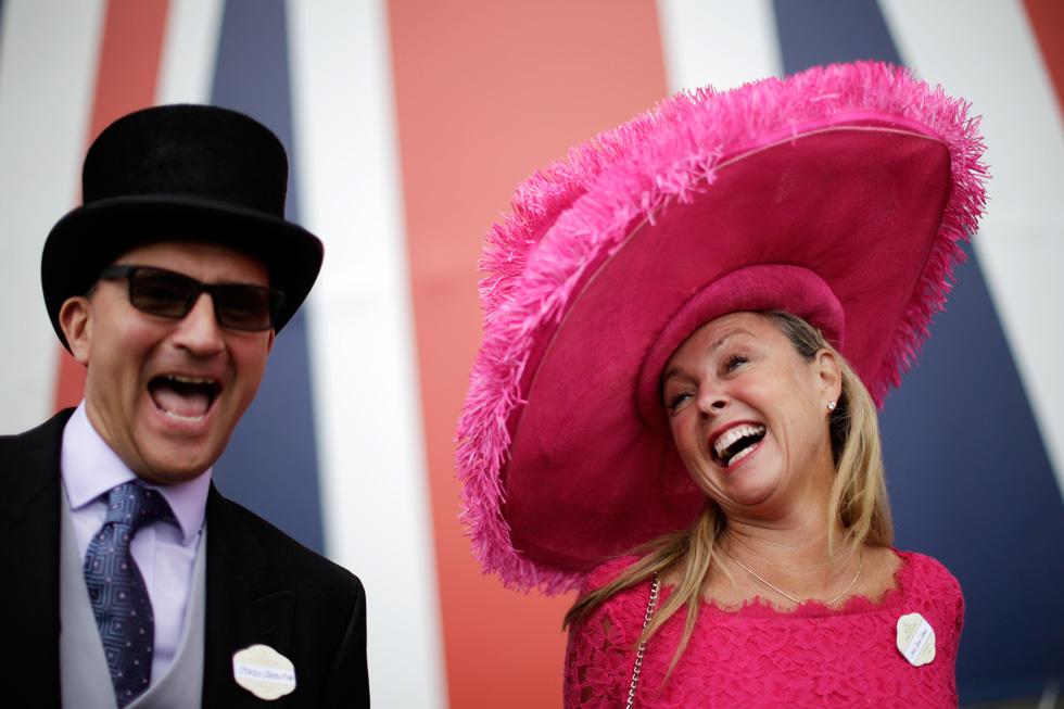 עם כובע מרהיב וגדול בצבע פוקסיה, איך אפשר שלא לחייך?  (צילום: AP)