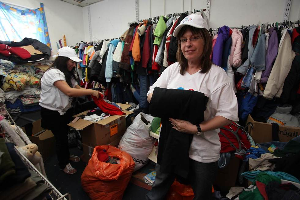 מתנדבות מקפלות בגדים עבור נזקקים ()